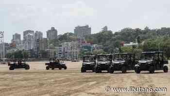 FOTO: Polisi Mumbai Tunggangi ATV untuk Patroli di Pantai - Liputan6.com