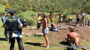 Los integrantes del campamento Arco Iris intentan abrazar a los guardias que los sancionan - La Vanguardia