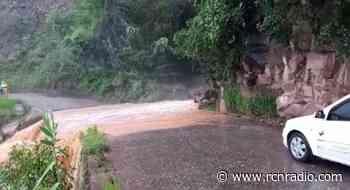 Desbordamiento de una quebrada tiene cerrada la vía Bucaramanga - Zapatoca - RCN Radio