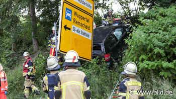 Solingen: Auto-Fahrer kracht in drei Metern Höhe hinter ein Schild - BILD
