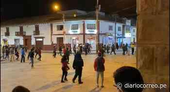 Huancavelica: Persiguen a dos presuntos ladrones de tiendas por toda la Plaza de Armas - Diario Correo