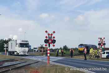 Trucker botst met treinlocomotief