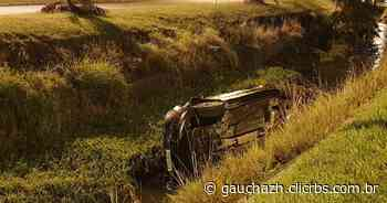 Carro cai dentro de vala na zona sul de Porto Alegre - GZH