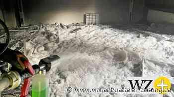 Feuerwehr Helmstedt löscht brennenden Müll im Hellac-Gebäude - Wolfenbütteler Zeitung