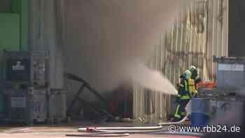 Brand im Recyclinghof Lauchhammer: Arbeiter nach Verpuffung mit Brandverletzungen im Krankenhaus - rbb24