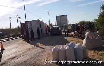 Volcó un camión cargado con cereales en Circunvalación Oeste - Esperanza DíaXDía