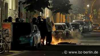 Rigaer Straße: Feuerwehr von Chaoten mit Steinen beworfen - B.Z. Berlin