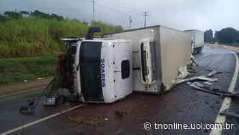 Caminhão tomba na BR 376 no Contorno Sul de Apucarana - TNOnline - TNOnline