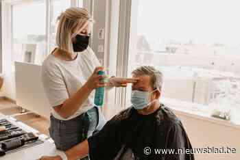 Patiënten ziekenhuis poseren na kappersbeurt voor de lens - Het Nieuwsblad