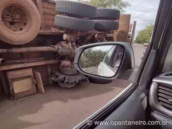 Caminhão carregado de carvão tomba na BR-262 - O Pantaneiro