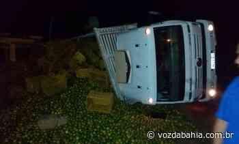 Cruz das Almas: Caminhão carregado com laranja tomba na BR 101; não houve feridos - Voz da Bahia