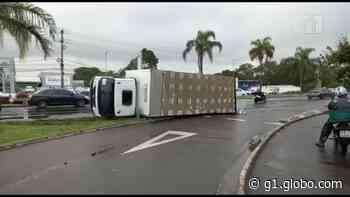 Caminhão carregado com roupa hospitalar tomba na BR-101, na Serra, ES - G1