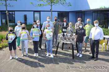 Winnaars fair trade affichewedstrijd mogen trofee opsmullen (Oostkamp) - Het Nieuwsblad