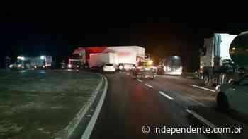 Veículos de carga colidem na BR-386, em Nova Santa Rita - independente