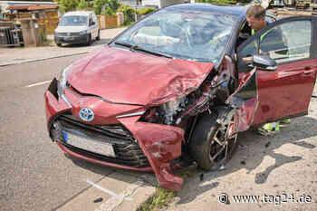 Unfall in Heidenau: Toyota-Fahrer kracht in geparkten Dacia - 68-Jähriger verletzt - TAG24