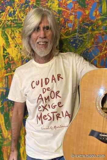 Aos 65 anos, Oswaldo Montenegro surge como modelo de camisetas que estampam versos de suas músicas - Extra