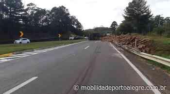 Tombamento de caminhão interdita BR-386 em Montenegro - Mobilidade Porto Alegre