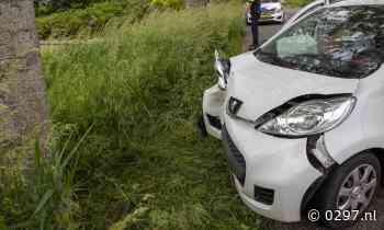 Auto botst tegen boom in Mijdrecht, vrouw gewond - 0297.nl