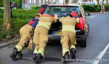 Auto botst hard tegen boom op J.F. Kennedylaan - BredaVandaag.nl