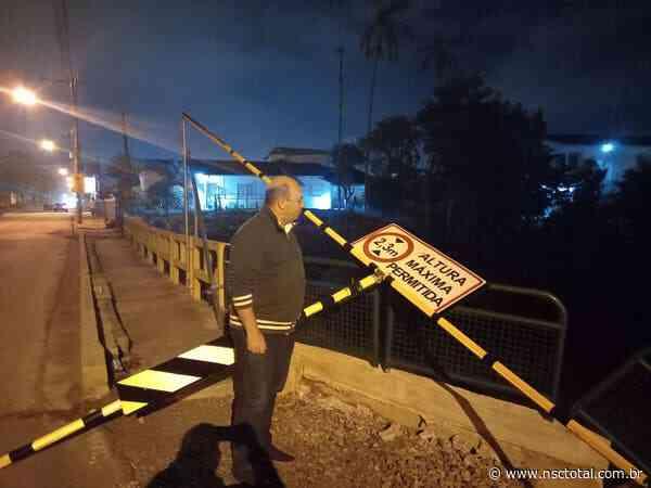 Prefeitura interdita ponte em Brusque após desrespeito à sinalização de peso e altura   NSC Total - NSC Total