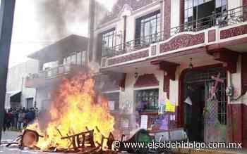 Durante marcha tocan la campana de la alcaldía y prenden fuego a inmobiliario - El Sol de Hidalgo