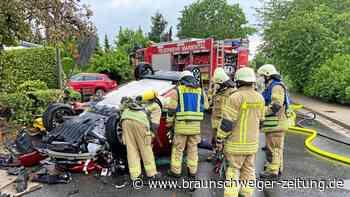 Auto prallt in Rennau gegen Mauer – Anwohner leisten Hilfe