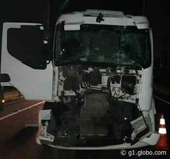Batida entre dois caminhões deixa motorista ferido na Via Dutra, em Itatiaia - G1