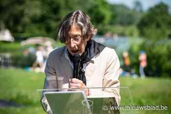 Dichter Anneke Brassinga kan eindelijk Karel van de Woestijneprijs in ontvangst nemen - Het Nieuwsblad