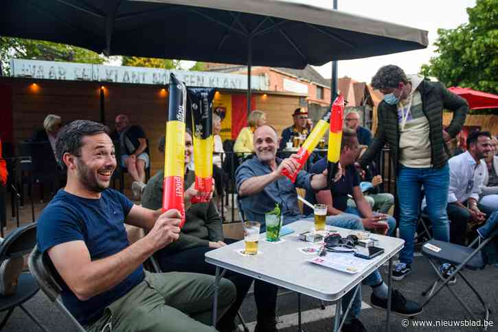Vol terras Kafee Spek viert overwinning Duivels