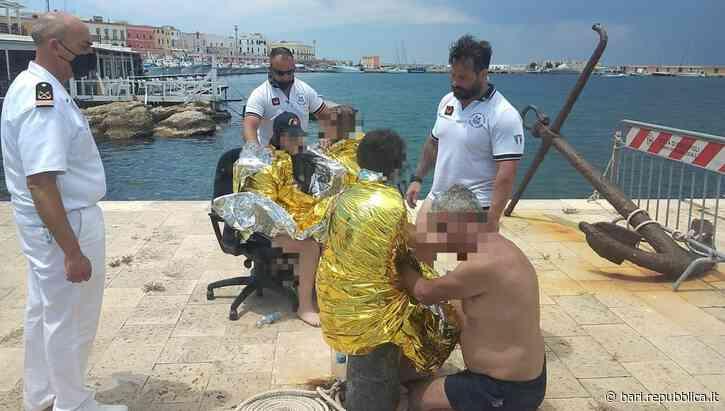Gallipoli, la barca affonda al largo: famiglia in difficoltà salvata dalla Guardia costiera - La Repubblica