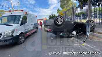 Vuelca vehículo al chocar contra barda de la Unidad Deportiva de Cerrito Colorado - Queretaro