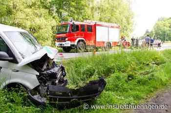 In Straßengraben geraten - Transporterfahrer wird bei Unfall schwer verletzt - inSüdthüringen