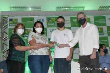 Em Ceres, Governo de Goiás entrega cartão alimentação a estudantes da rede pública estadual - Defesa - Agência de Notícias