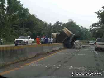 Vuelca góndola en la Paraíso-Comalcalco; no hubo personas lesionadas - XeVT 104.1 FM   Telereportaje