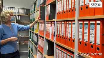 Stadtarchiv in Parchim: Petra Ebert führt mehr als 400 Ordner zum Stadtleben | svz.de - svz – Schweriner Volkszeitung