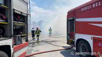 Incendio a Palermo, in fiamme la discarica-spartitraffico di Brancaccio - Giornale di Sicilia
