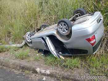 Carro capota no morro da Usipa, em Ipatinga, e duas pessoas ficam feridas - G1