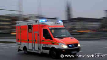 Rosenheimer (35) kracht mit Auto in geparktes Fahrzeug bei Winhöring und wird schwer verletzt