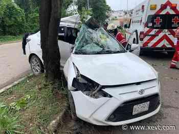 Se impacta auto contra árbol en el periférico de Villahermosa; conductor resulta gravemente herido - XeVT 104.1 FM   Telereportaje