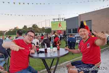 """""""Blij weer onder de mensen te zijn"""": supporters Rode Duivels genieten met volle teugen van voetbal op groot scherm"""