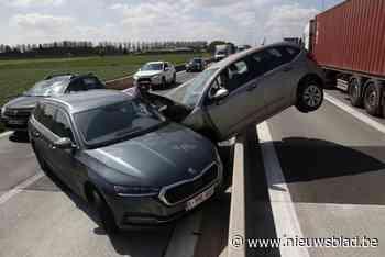 Spectaculair ongeval op E34: met auto op middenberm na botsing