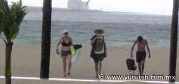 Paseantes en Progreso solo salen del mar por los relámpagos - El Diario de Yucatán