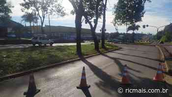 Caminhão bate em poste e quebra semáforo na BR-369, em Londrina - RIC Mais