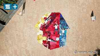 Kreuztal: Mehrgenerationenhaus legt XXL-Logo aus Kleidern - Westfalenpost