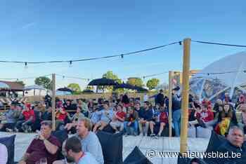 Zomers EK-dorp lokt meteen honderden toeschouwers: onze man ging kijken hoe er gefeest werd met de handrem op
