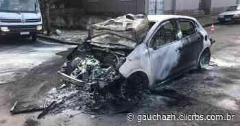 Carro pega fogo no bairro Medianeira, em Porto Alegre - GZH