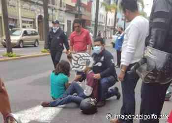 Jóvenes motociclistas, heridos tras chocar con auto en Orizaba - Imagen del Golfo