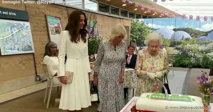 """La regina Elisabetta """"spadaccina"""" provetta: così la sovrana taglia la torta al ricevimento per il G7 – Video"""
