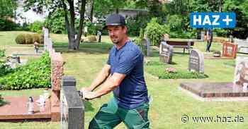 Isernhagen: Friedhofsgärtner überprüft Grabsteine auf Standsicherheit - Hannoversche Allgemeine