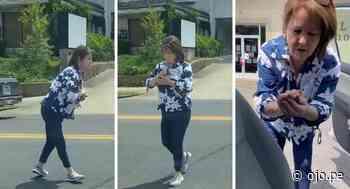 """Mujer salva a un pajarito en una carretera y muchos en las redes la llaman """"heroína"""" - Diario Ojo"""